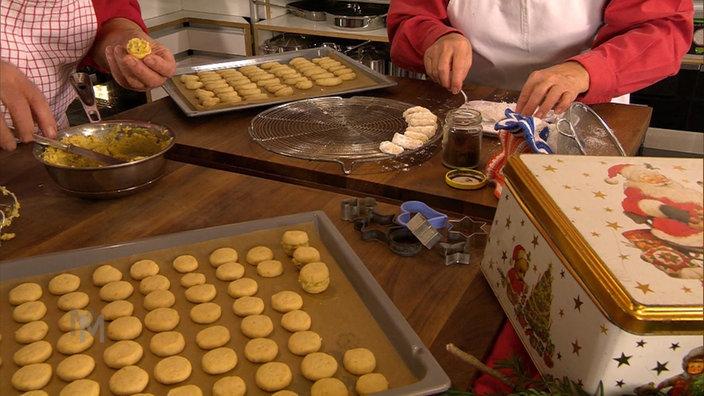 Die gebackenen Vanillekipferl bekommen ein Zuckerbad