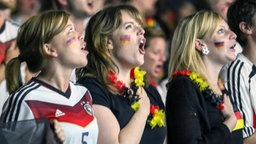 Deutsche Fans singen die Nationalhymne