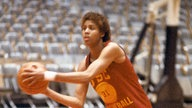 Cheryl Miller mit Basketball in Aktion.