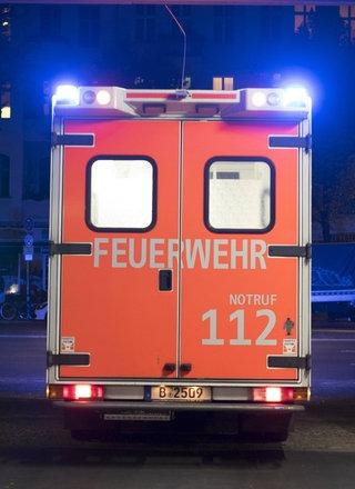 Rettungswagen der Feuerwehr rückt zu einem Einsatz aus.; Rechte: imago/Seeliger