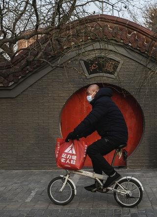 Radfahrer mit Atemschutzmaske.; Rechte: Getty Images