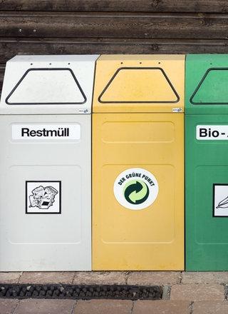 Farbige Müllcontainer stehen nebeneinander.; Rechte: WDR / mauritius images / Steffen Beuthan